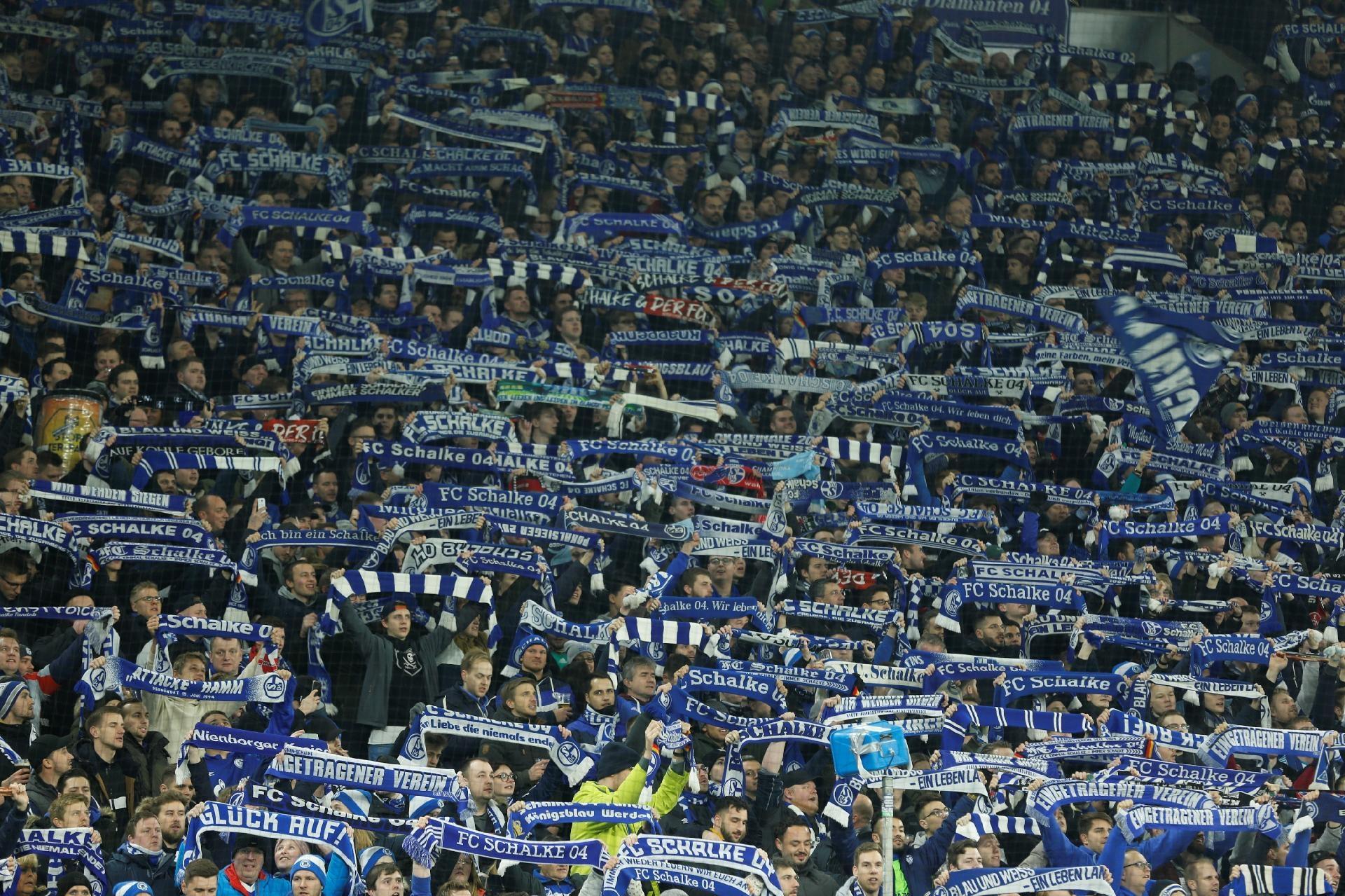 Zagueiro alemão de 22 anos foi alvo de um grupo de apoiadores do Schalke