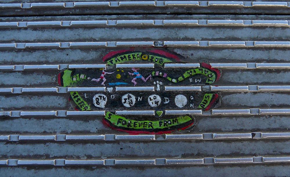 Ben Wilson transforma chicletes grudados em obras de arte