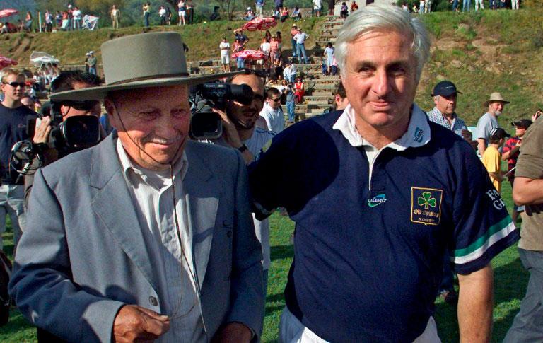(2002) Roberto Canessa (d) e Sergio Catalán participam de ato em Santiago