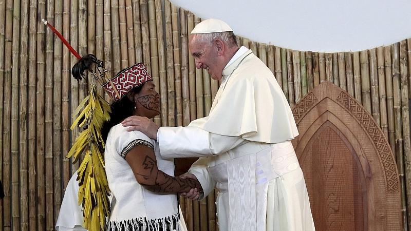 Papa Francisco com indígena em Puerto Maldonado, no Peru