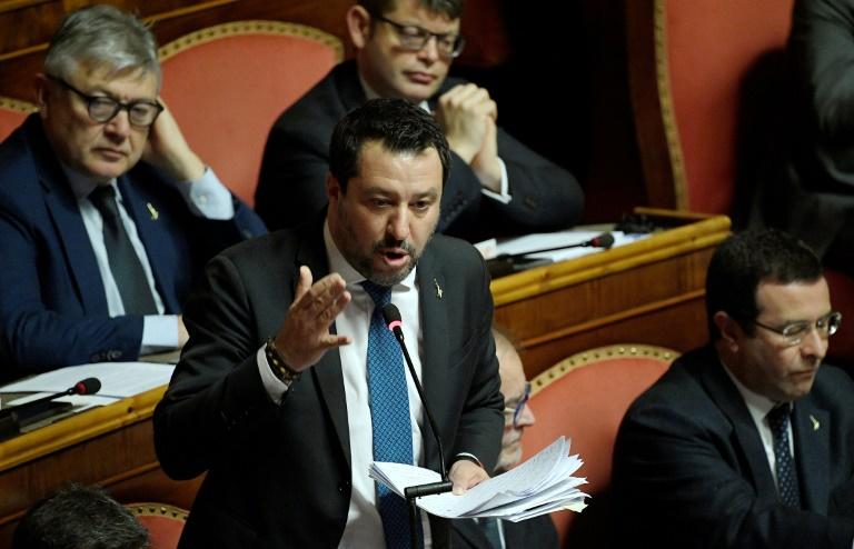 O líder de extrema-direita do partido italiano Lega, Matteo Salvini, gesticula enquanto se dirige ao Senado, em Roma