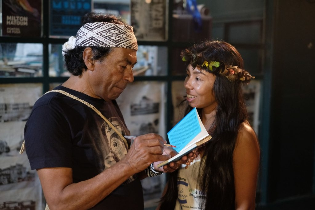 """líder indígena Ailton Krenak com Vanda Witoto no lançamento do livro """"Ideias para adiar o fim do mundo"""" na Banca do Largo, em Manaus"""