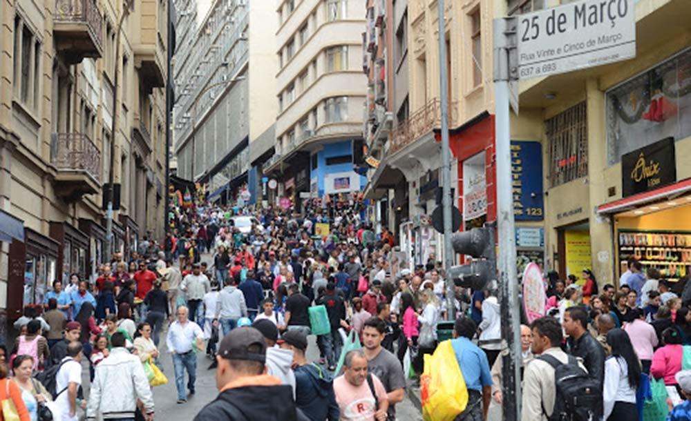 Milhares de pessoas vão às compras de Natal no centro de São Paulo