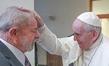 Carro transportando Lula chega ao local da audiência privada com o Papa no Vaticano (AFP)