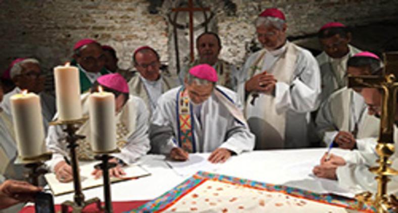"""Bispos do Brasil assinam """"Pacto das Catacumbas pela casa comum"""" durante Sínodo para a Amazônia, em 2019. (Repam)"""