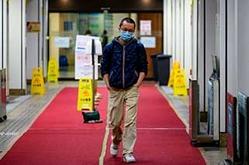 O médico Alfred Wong deixa um hospital de Hong Kong (AFP)