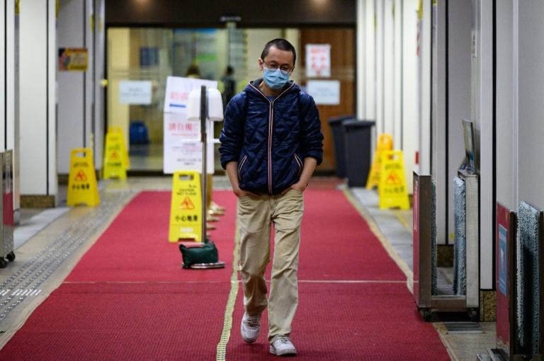 O médico Alfred Wong deixa um hospital de Hong Kong