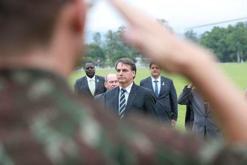 Alertado por militares, presidente se distância dos olavistas, que admitem perder espaço