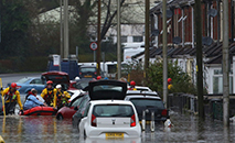 Rua alagada em Nantgarw, no Reino Unido. (AFP)
