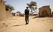 Soldado patrulha a localidade de Dori, em Burkina Faso, em 3 de fevereiro de 2020. (AFP/Arquivos)