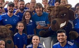 Sócios recepcionaram Moreno no aeroporto (Divulgação/Cruzeiro)