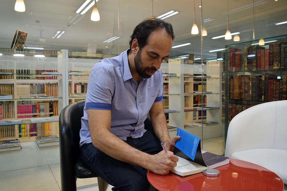 O professor Jacques Fux autografou e presenteou a biblioteca da Dom Helder e EMGE com os livros