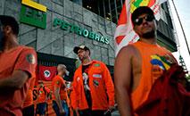Manifestantes protestam contra demissões durante greve em frente à sede da Petrobras no centro do Rio, 18 de fevereiro de 2020 (AFP)