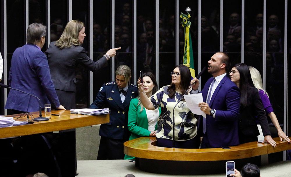 Enquanto Eduardo falava, acompanhado de homens e mulheres do PSL começou um tumulto no plenário