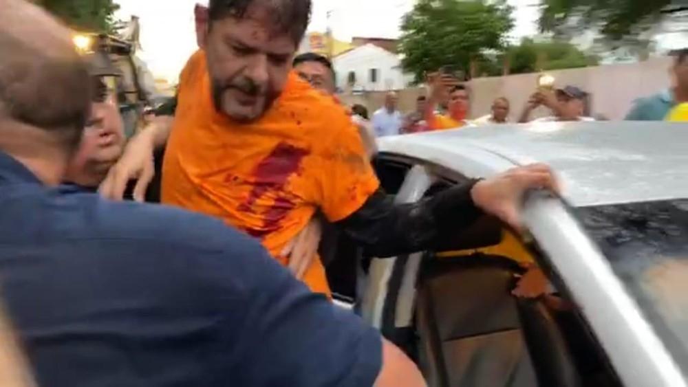 Cid Gomes é socorrido após ser baleado durante protesto de policiais em Sobral