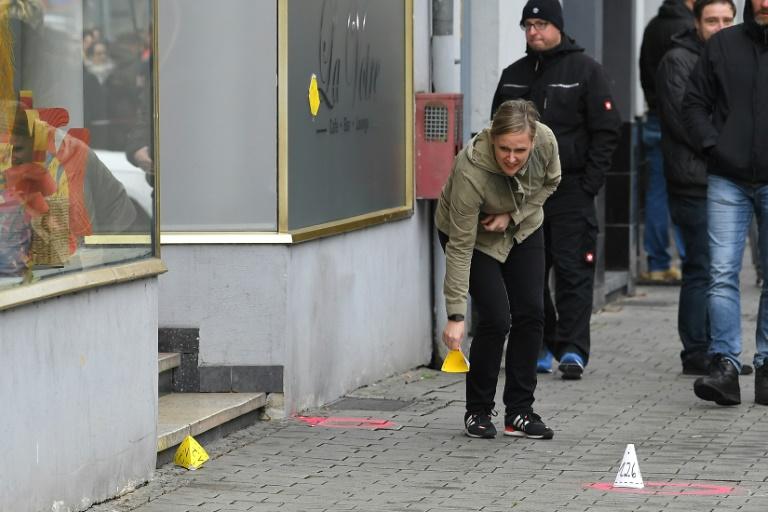 Policial marca local onde ocorreu o tiroteio realizado por supremacistas em Hanau, na Alemanha