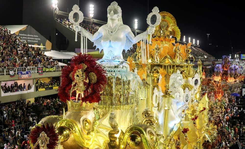 O desfile luxuoso sobre mulheres que libertavam escravas da Viradouro venceu por pouco a Grande Rio