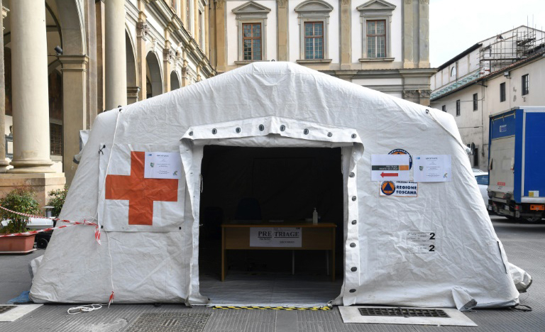 Tenda médica montada em frente a hospital de Florença para receber pessoas suspeitas de portar o novo coronavírus