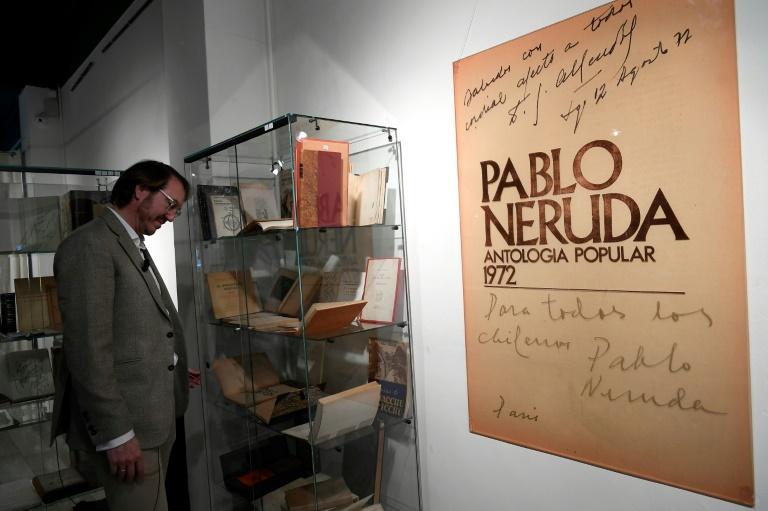 O colecionador espanhol Santiago Vivanco analisa sua coleção durante a apresentação do leilão