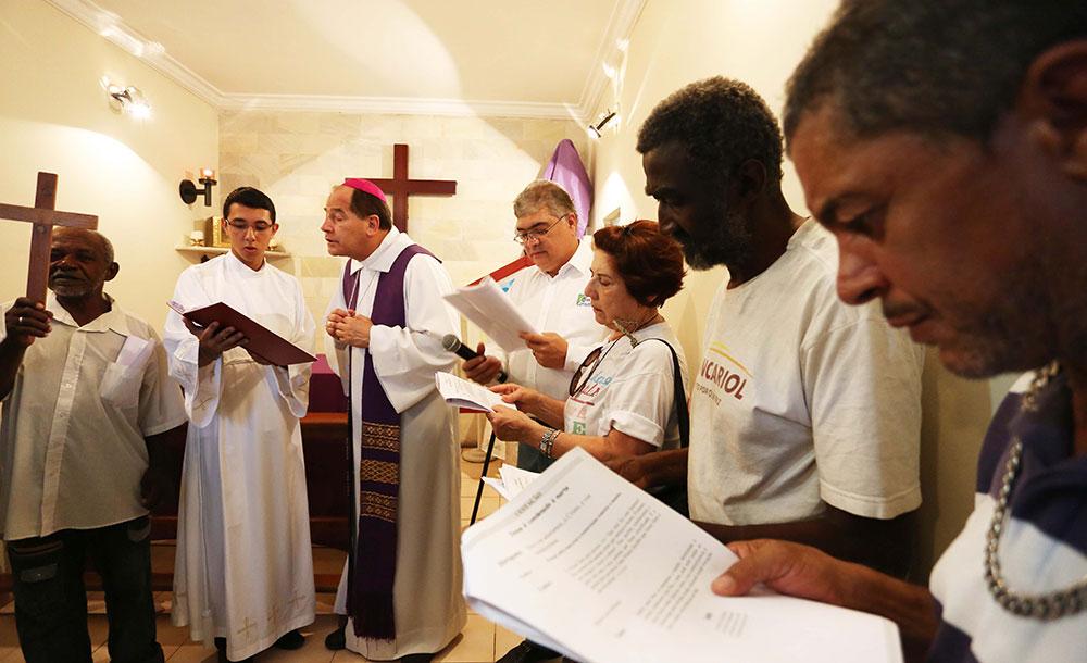 Durante a oração do Pai-Nosso, a arquidiocese recomenda que a assembleia evite de dar as mãos para rezar.
