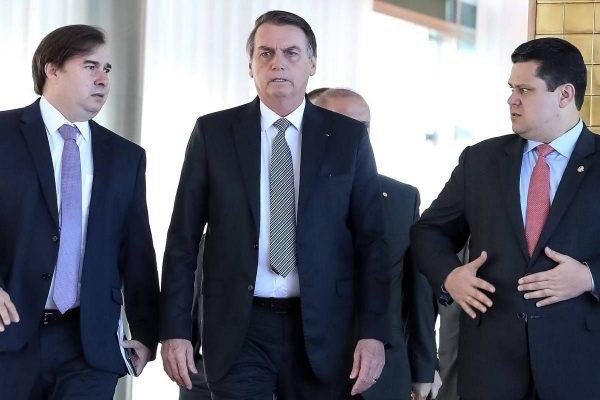 Presidente Jair Bolsonaro (centro), ao lado dos presidentes da Câmara, Rodrigo Maia (esq.) e do Senado, Davi Alcolumbre (dir.), após reunião