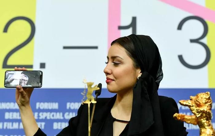 O diretor Mohammad Rasoulof participou da coletiva de imprensa por meio do celular de sua filha Baran
