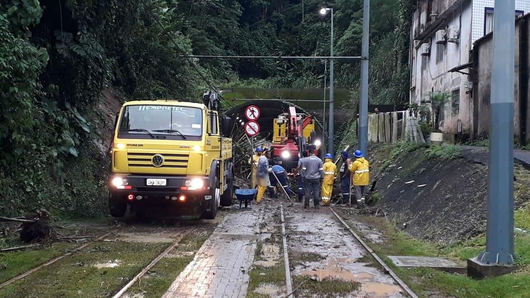 O VLT da Baixada Santista também amanheceu paralisado na manhã desta terça-feira, após deslizamento