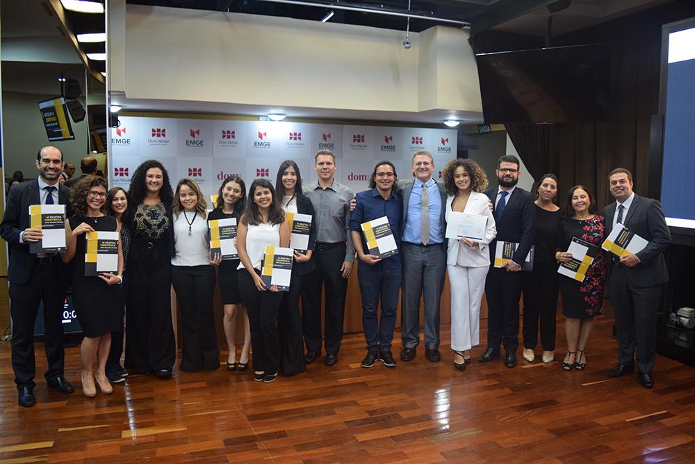 Grupo Relação Jurídica Processual e Autoritarismo Judicial, vencedor da VI Mostra Científica, e integrantes da banca avaliadora