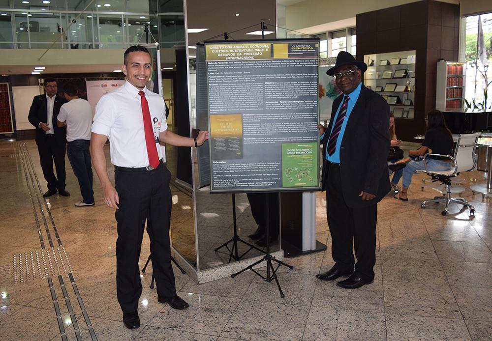 Cristialan Belça da Silva, assistente da pró-reitoria de pesquisa, e professor Kiwonghi Bizawu, pró-reitor de pós-graduação