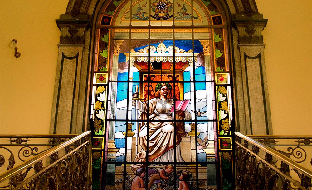 """O vitral """"A Justiça"""", localizado no andar superior do Palácio Rodrigues Campos, na capital; a peça foi desenhada pelo artista L. Piscini."""