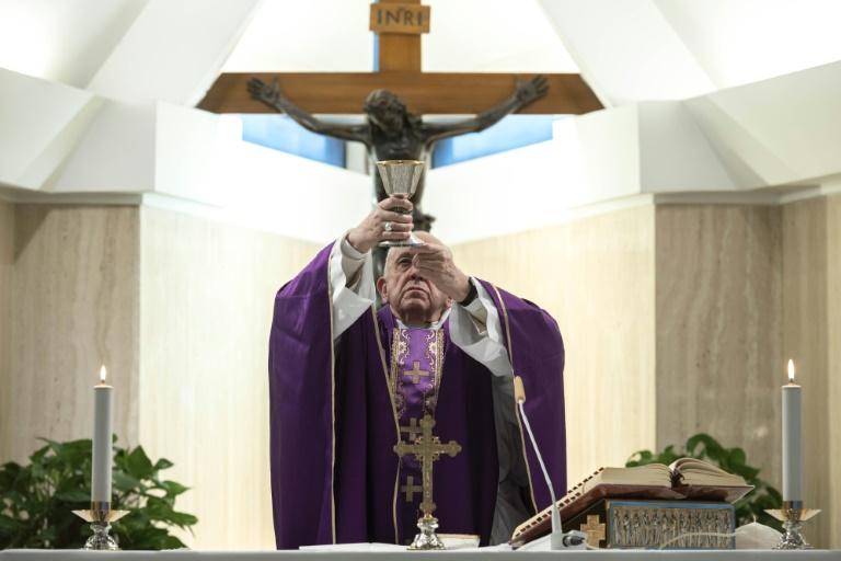 O Papa Francisco celebra uma missa na capela de Santa Marta no Vaticano, sozinho por medidas de precaução contra o coronavírus