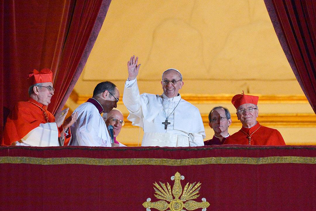 Francisco foi eleito papa em 13 de março de 2013; na foto do dia, aparece ao lado do cardeal brasileiro Cláudio Hummes