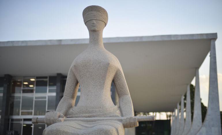 Fachada do Supremo Tribunal Federal (STF) com estátua A Justiça, de Alfredo Ceschiatti.