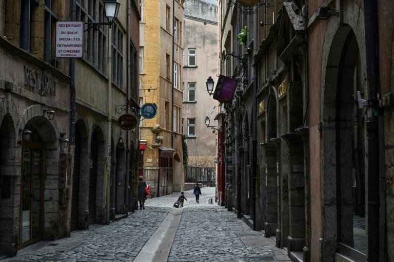 Rua deserta em Lyon, França