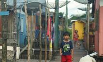Menino caminha por palafitas em Caruari, onde os moradores temem o alcance da pandemia de Covid-19, na Amazônia, em 16 de março de 2020 (AFP)