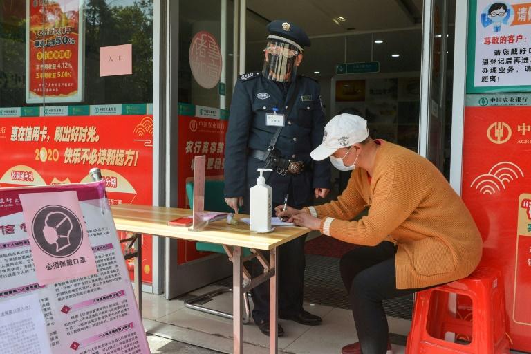 Cliente preenche suas informações antes de entrar em banco de Yunmeng, na cidade de Xiaogan, na província central de Hubei, na China