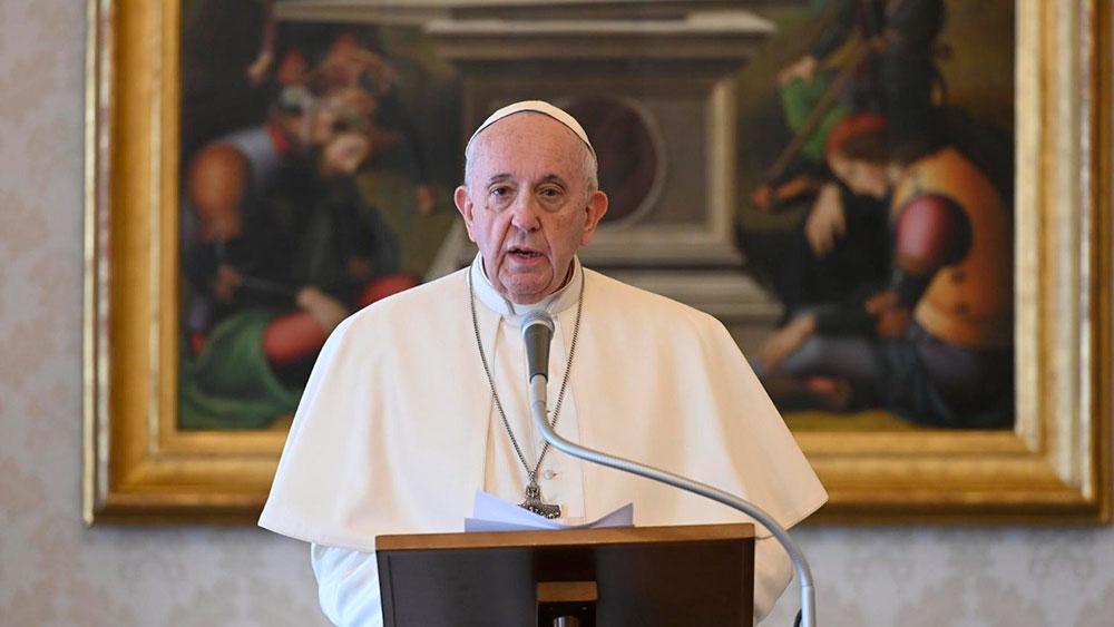 Papa Francisco durante o Angelus deste domingo (22), na biblioteca do Palácio Apostólico