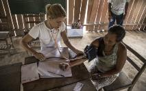 Enfermeira usa um esfigmomanômetro para medir pressão arterial da índia Kaxinawá, ação de saúde em sua aldeia (Arison Jardim/Secom/ISA)