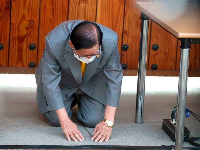 Lee Man-hee, líder de igreja coreana, curvou-se no chão e pediu desculpas por causar a disseminação