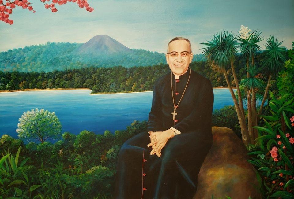 Essa pintura de Santo Óscar Romero fica na entrada da casa de Romero, agora um museu, nos terrenos do Hospital da Divina Providência em San Salvador.
