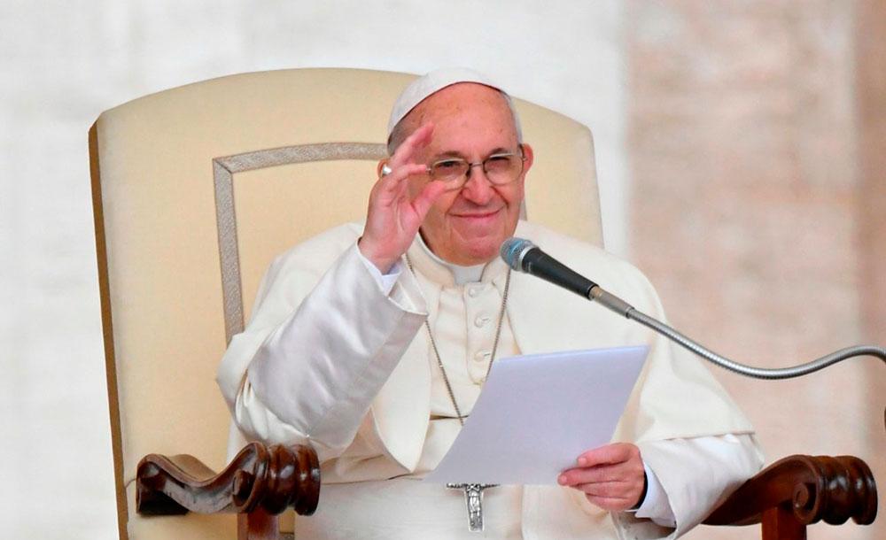O santo padre pede para rezar pelos doentes e os que sofrem