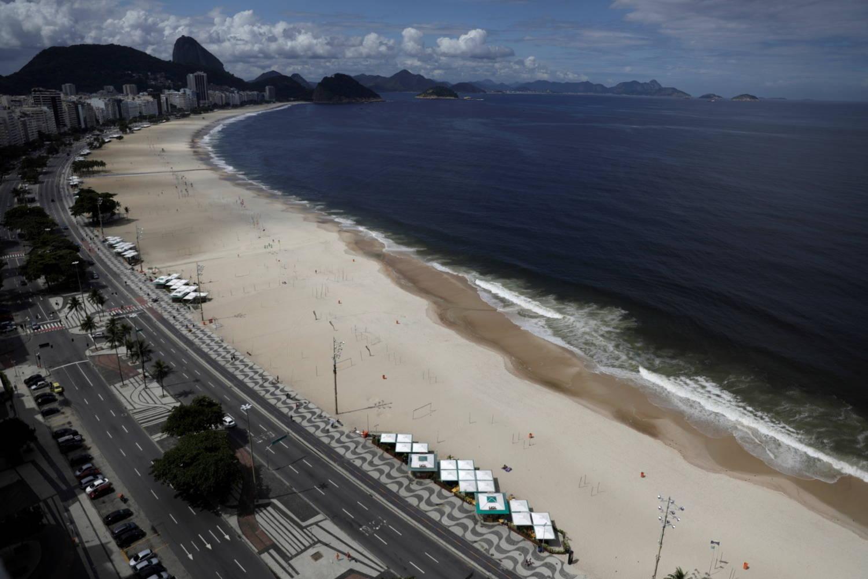 Praia de Copacabana, um dos principas pontos turisticos do Brasil, vazia