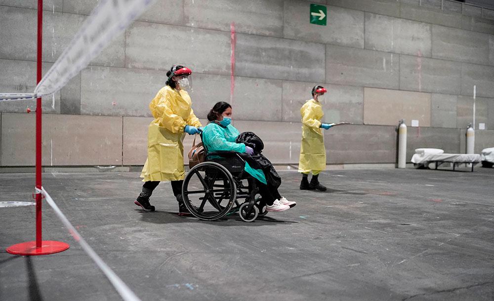 Pacientes com coronavírus chegam a um hospital militar instalado no centro de conferências da IFEMA em Madri, Espanha, em 21 de março de 2020