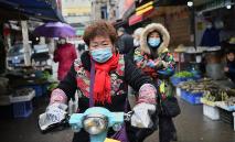 Pessoas com máscara de proteção em Wuhan, berço do coronavírus na China (AFP/Arquivos)