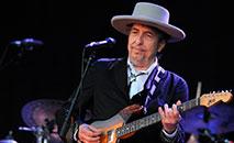 A lenda americana Bob Dylan se apresenta no palco durante a 21ª edição do festival de música Vieilles Charrues em 22 de julho de 2012 em Carhaix-Plouguer, oeste da França (AFP/ Fred Tanneau)