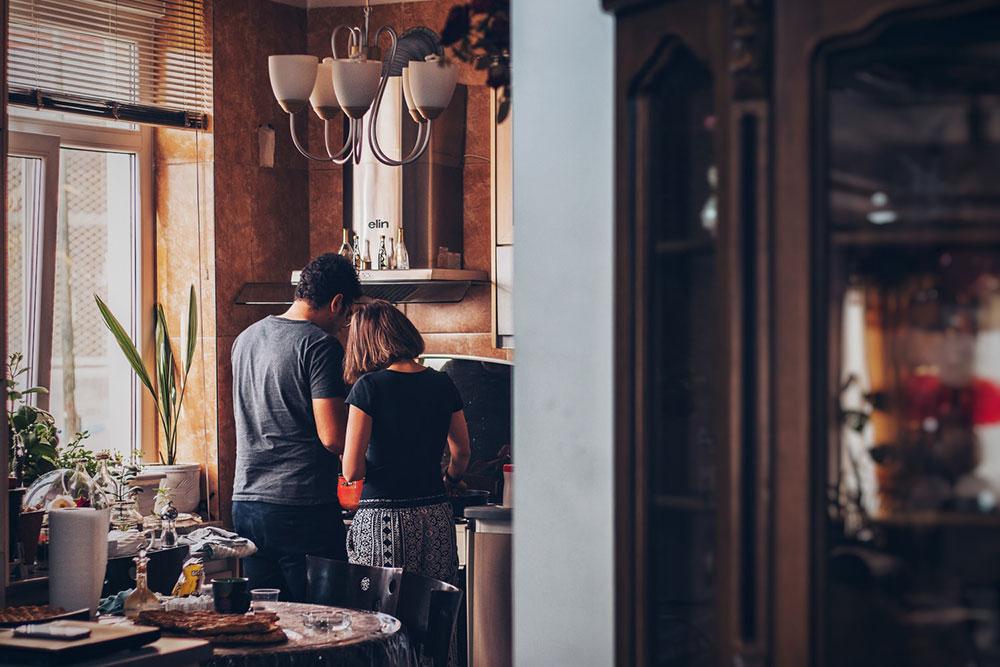 A quarentena não ajuda a discernir se amor mesmo é se tolerar sob o mesmo teto ou se guardar pela distância
