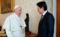 Foto tirada e distribuída em 30 de março de 2020 pelo Vaticano mostra o papa Francisco se encontrando com o primeiro-ministro da Itália Giuseppe Conte (VATICAN MEDIA/AFP)