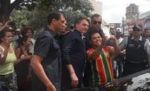 Presidente conversou com populares e bateu fotos durante passagem pela Ceilândia (Marcos Pereira/ Estadão)