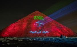 A Grande pirâmide de Kheops exibe a projeção da frase 'Stay home' ou 'Fique em casa', em português (AFP)
