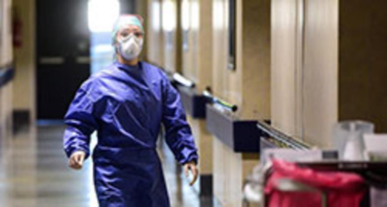 Funcionária usa equipamento de proteção no Hospital Poliambulanza de Bréscia, na Itália, em 17 de março de 2020 (Piero Cruciatti/ AFP)